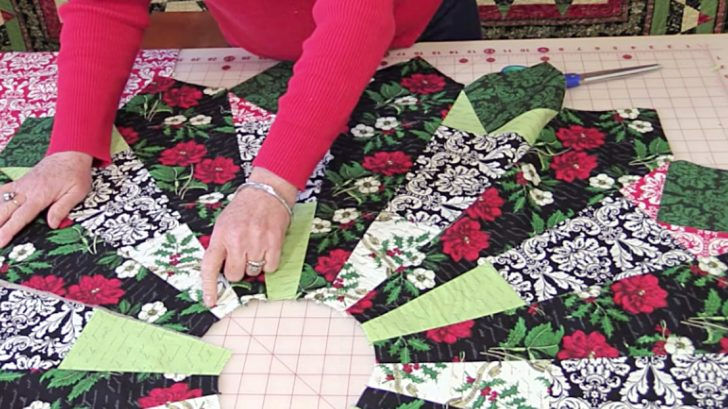 This Free Christmas Tree Skirt Pattern Is Gorgeous & Easy