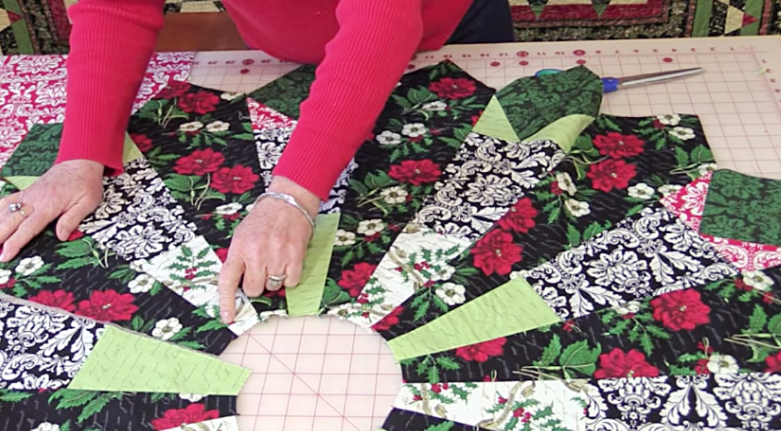 This Free Christmas Tree Skirt Pattern Is Gorgeous & Easy ...