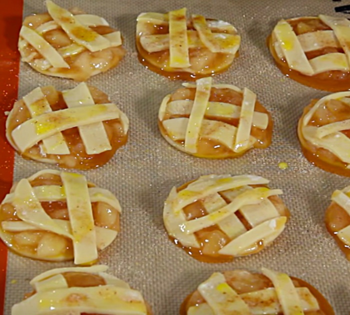 Learn this easy recipe for caramel apple pie cookies