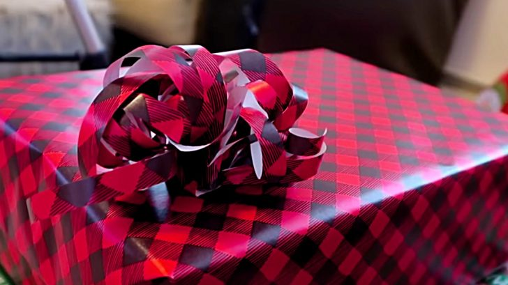 Gift wrapping hacks learn how to make a wrapping paper bow