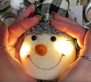 Learn this DIY Craft on how to make a snowman from Mason Jar Lid Bands