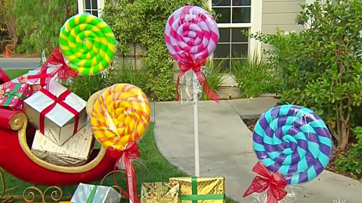 Learn to make these cheap giant yard lollipops from pool noodles this Christmas