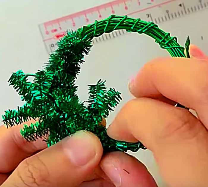 Learn to make a Mini Wreath Tutorial using pipe cleaners