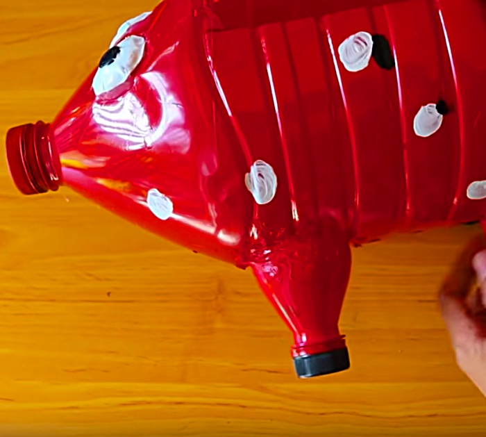 Try this DIY recycled pig planter made with old water bottles